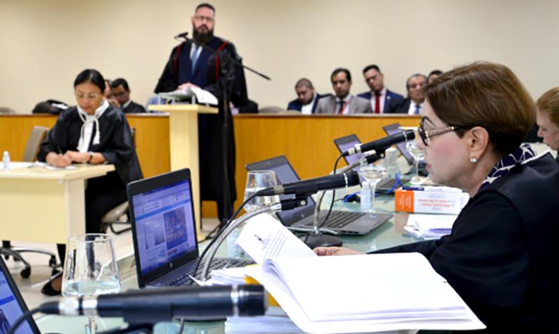Desembargadora Vânia Fortes lê o relatório do processo: decisão unânime pelo afastamento