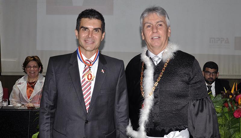 Procurador-geral de Justiça Gilberto Martins condecorou o governador Helder Barbalho